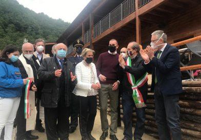 Primo albergo riaperto dopo il sisma a Castelsantangelo sul Nera, taglio del nastro e sorrisi